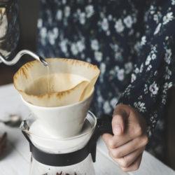 Kaffee mit der Hand aufgießen